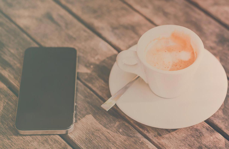 Newsroom: mobile and coffee full table | Fon