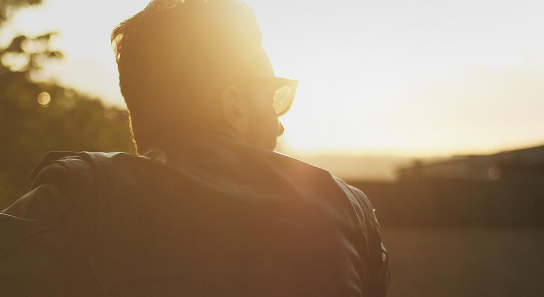 Man enjoying a sunset | Fon
